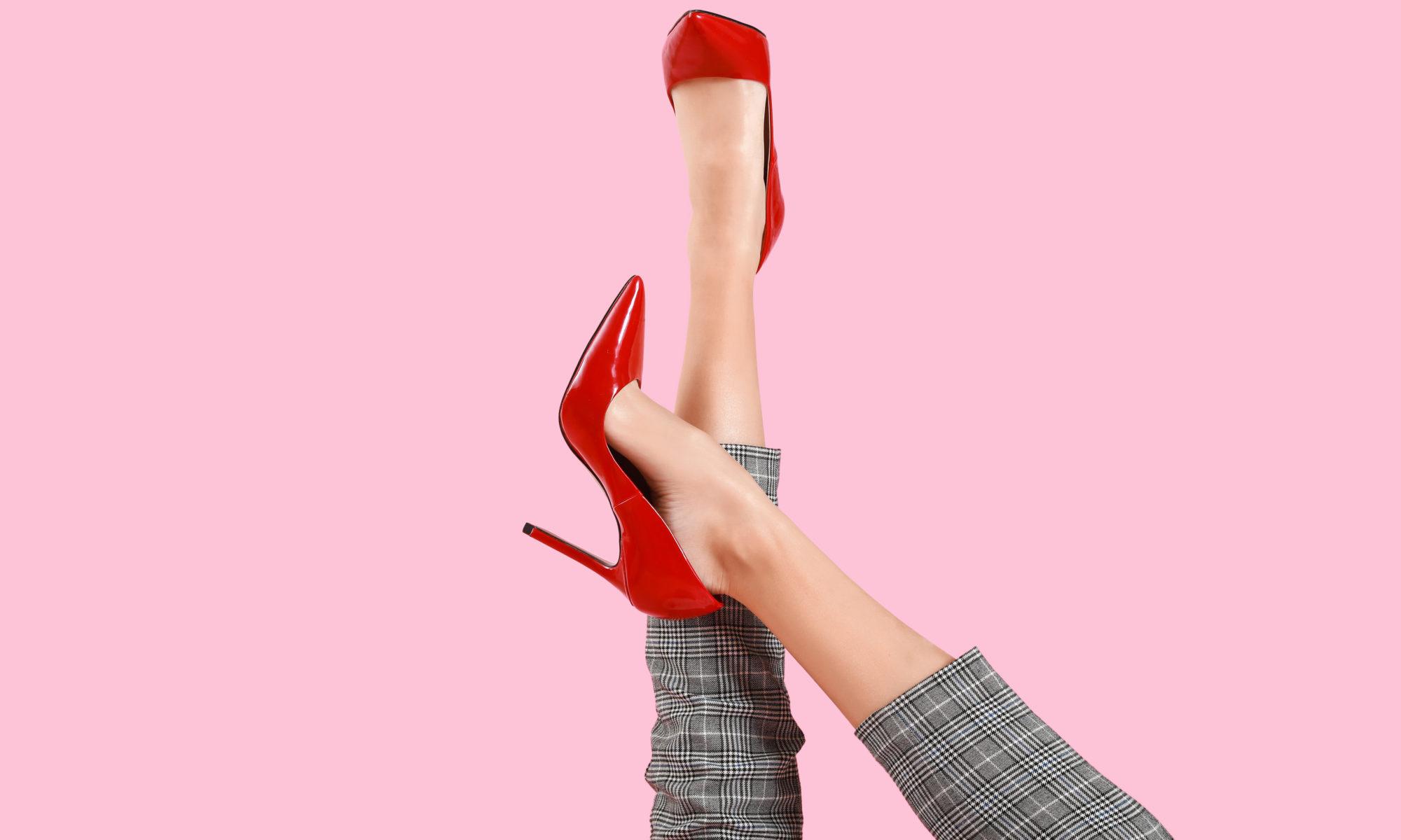 kobiece nogi w czerwonych szpilkach i kraciastych cygaretkach