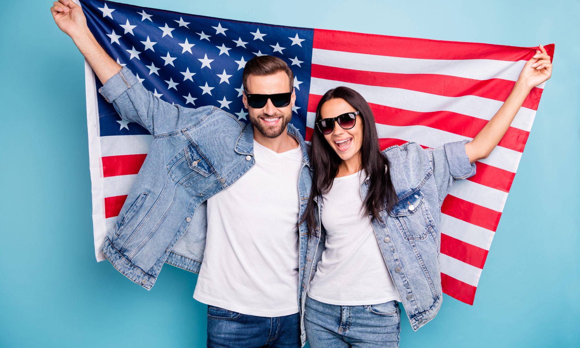 para na tle flagi amerykańskiej