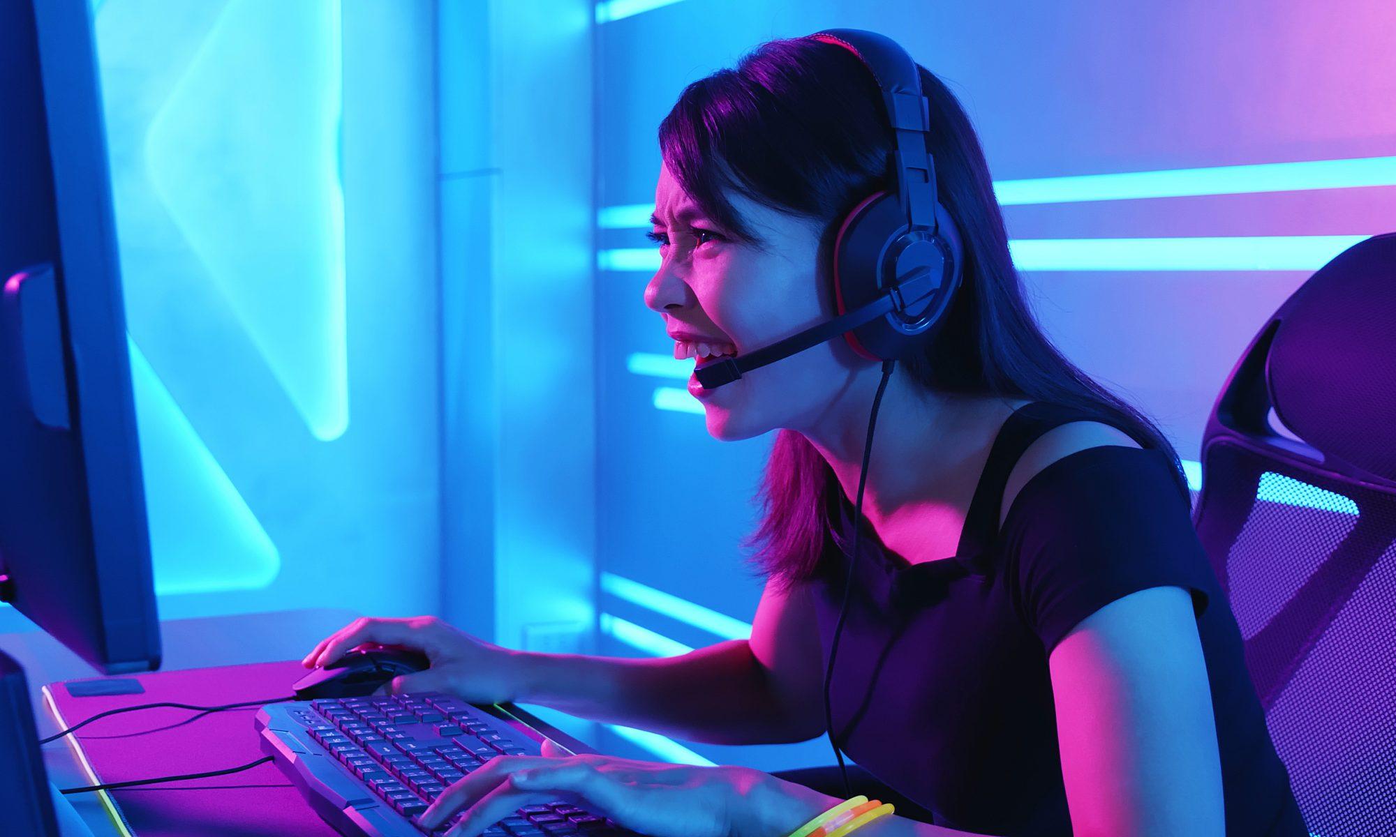 Dziewczyna gamer przed komputerem