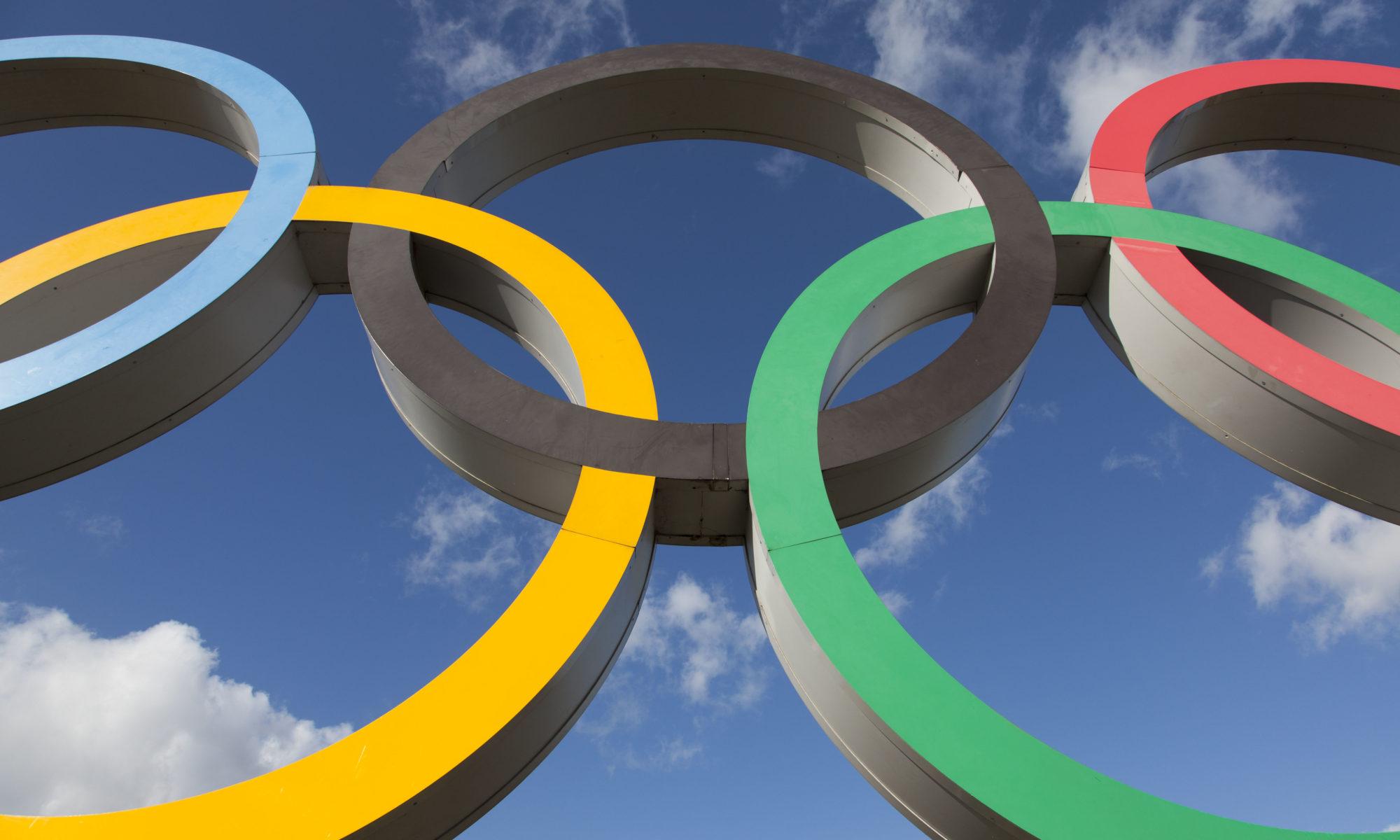 koła olimpijskie na tle błekitnego nieba