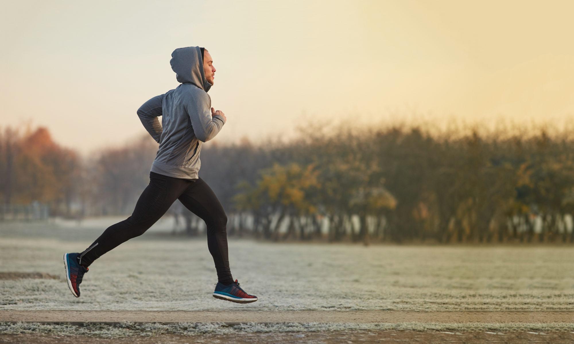 młody wysportowany mężczyzna w odzieży sportowej biegający rano
