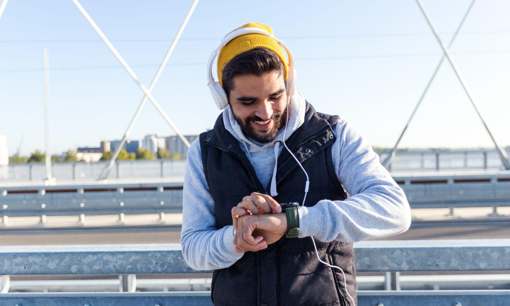 Mężczyzna ze smartwatchem na ręku na zimowym treningu