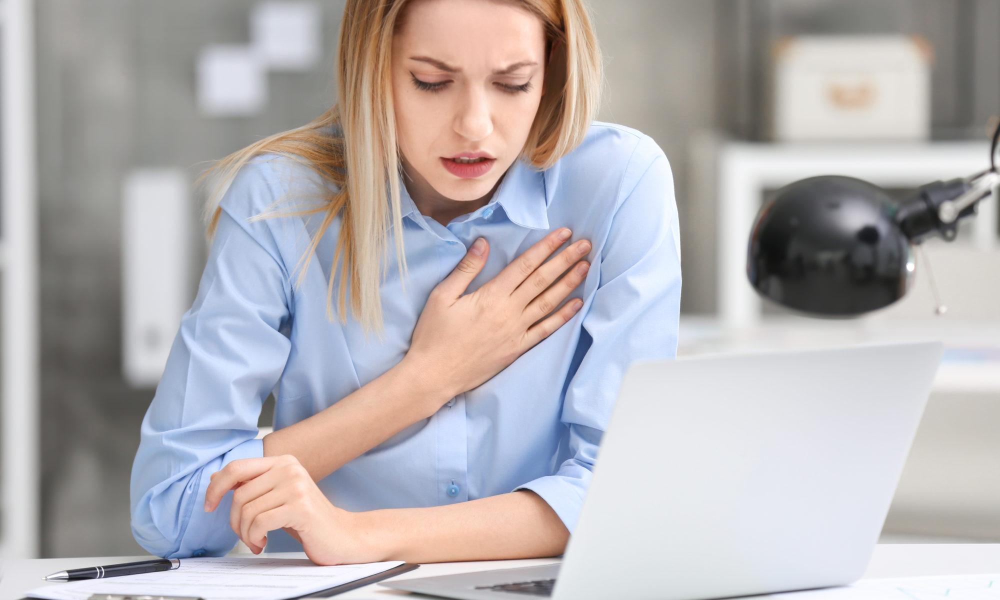Młoda dziewczyna w biurze problemy z sercem