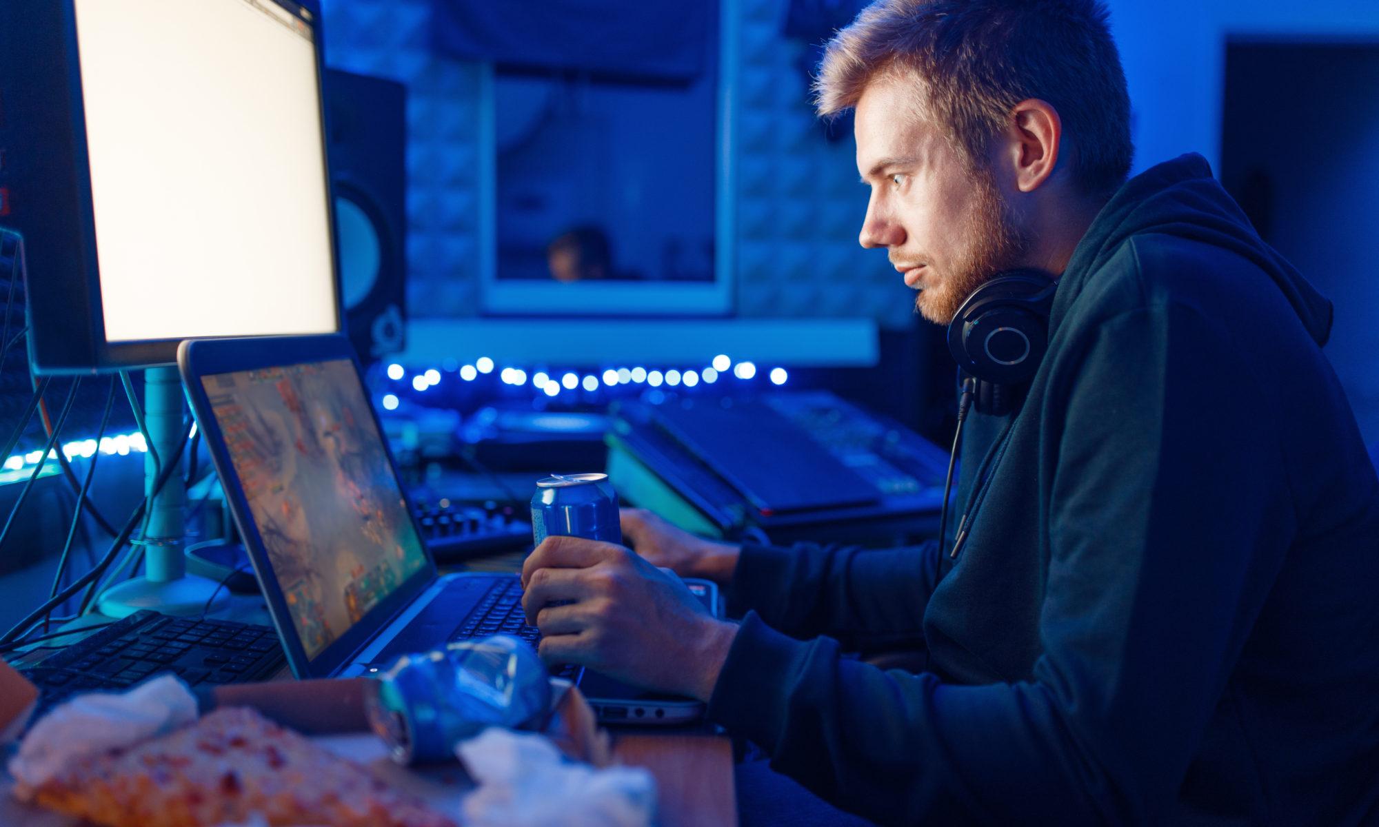 Młody mężczyzna przed monitorem komputera