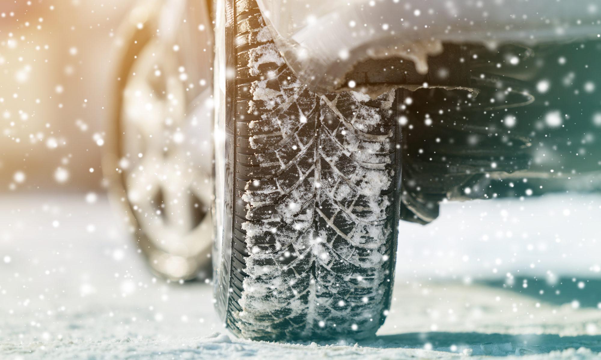koła samochodu z oponami zimowymi w śniegu