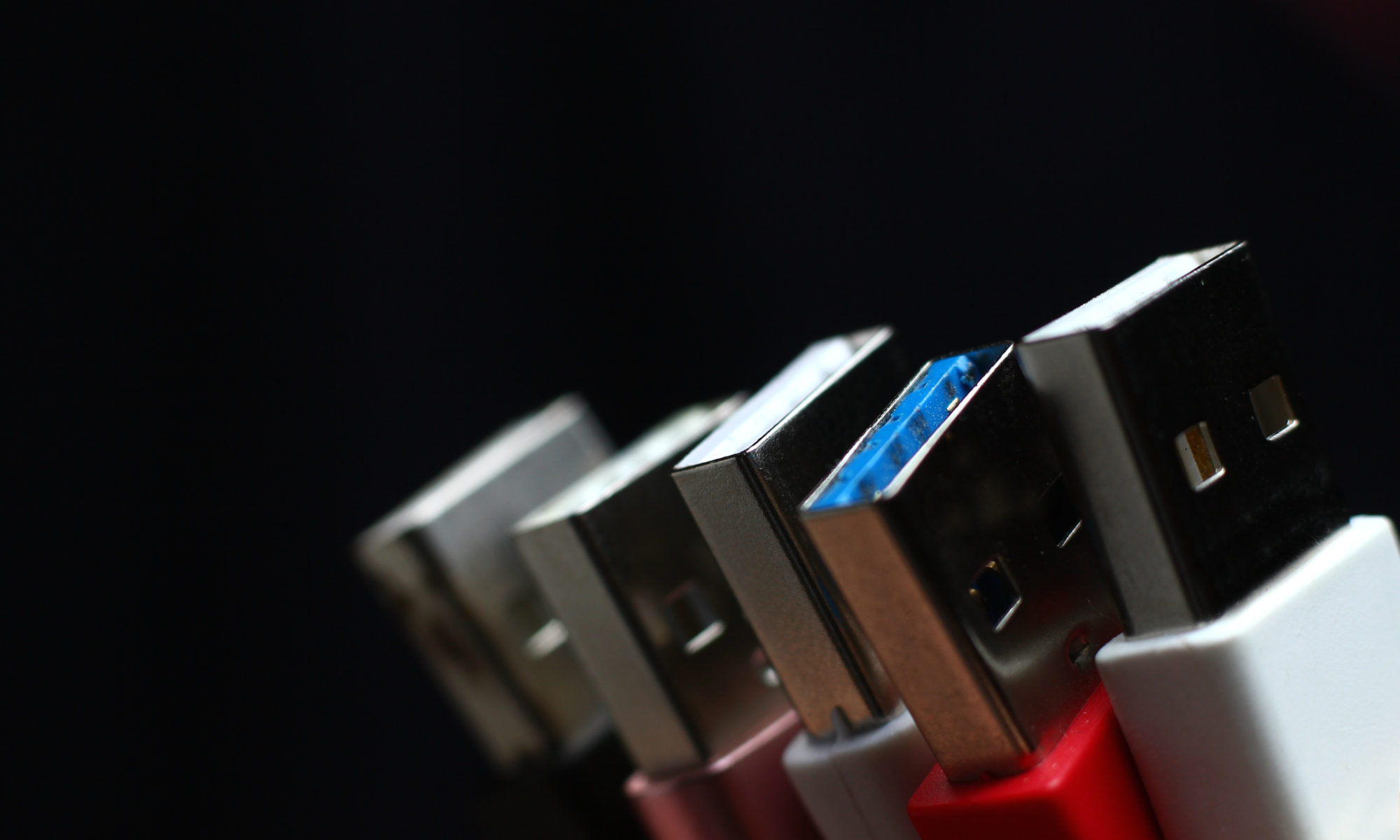 kolorowe kable USB na czarnym tle