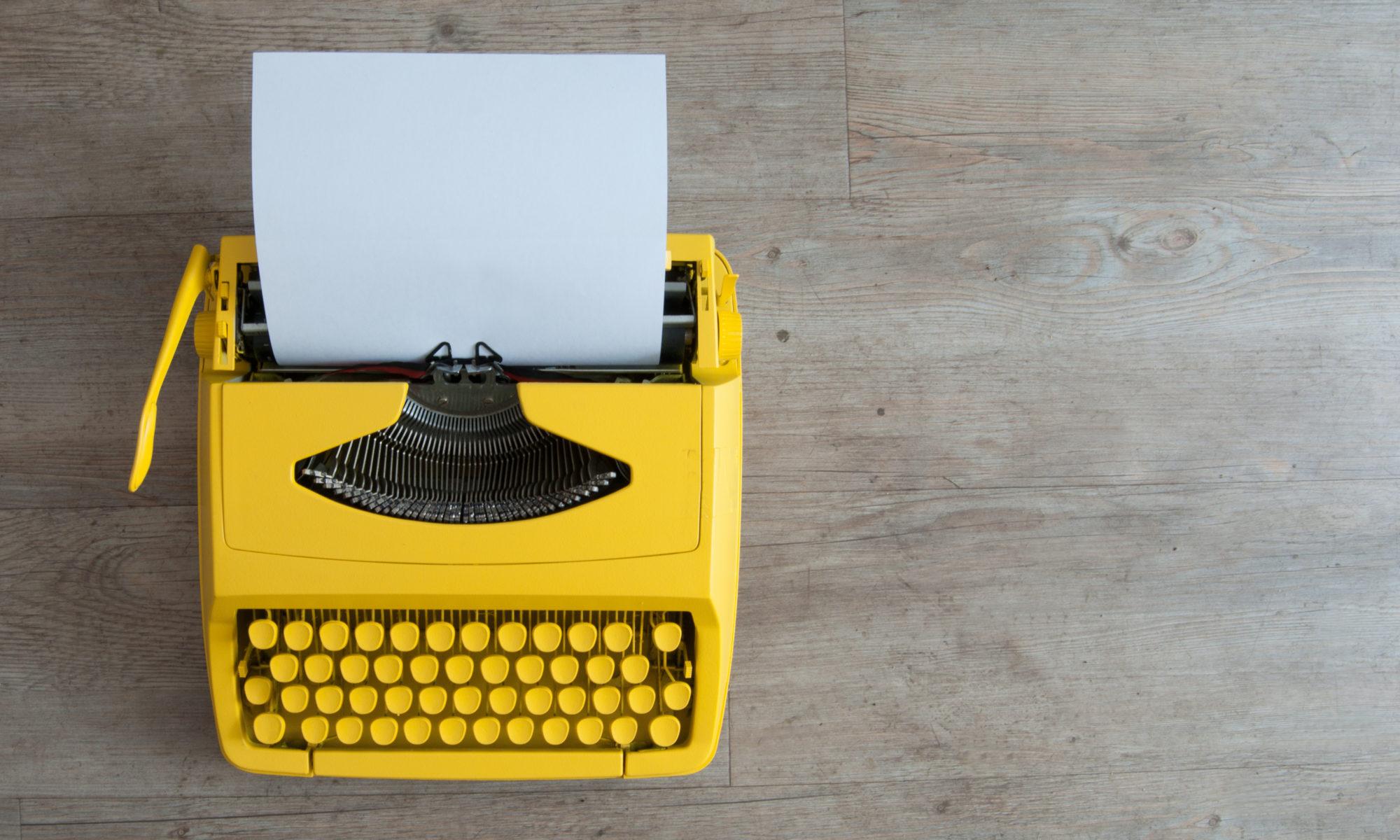 żółta maszyna do pisania w stylu retro