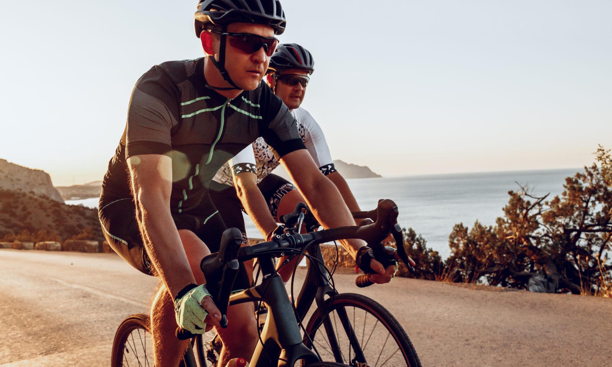 dwaj mężczyźni na rowerach