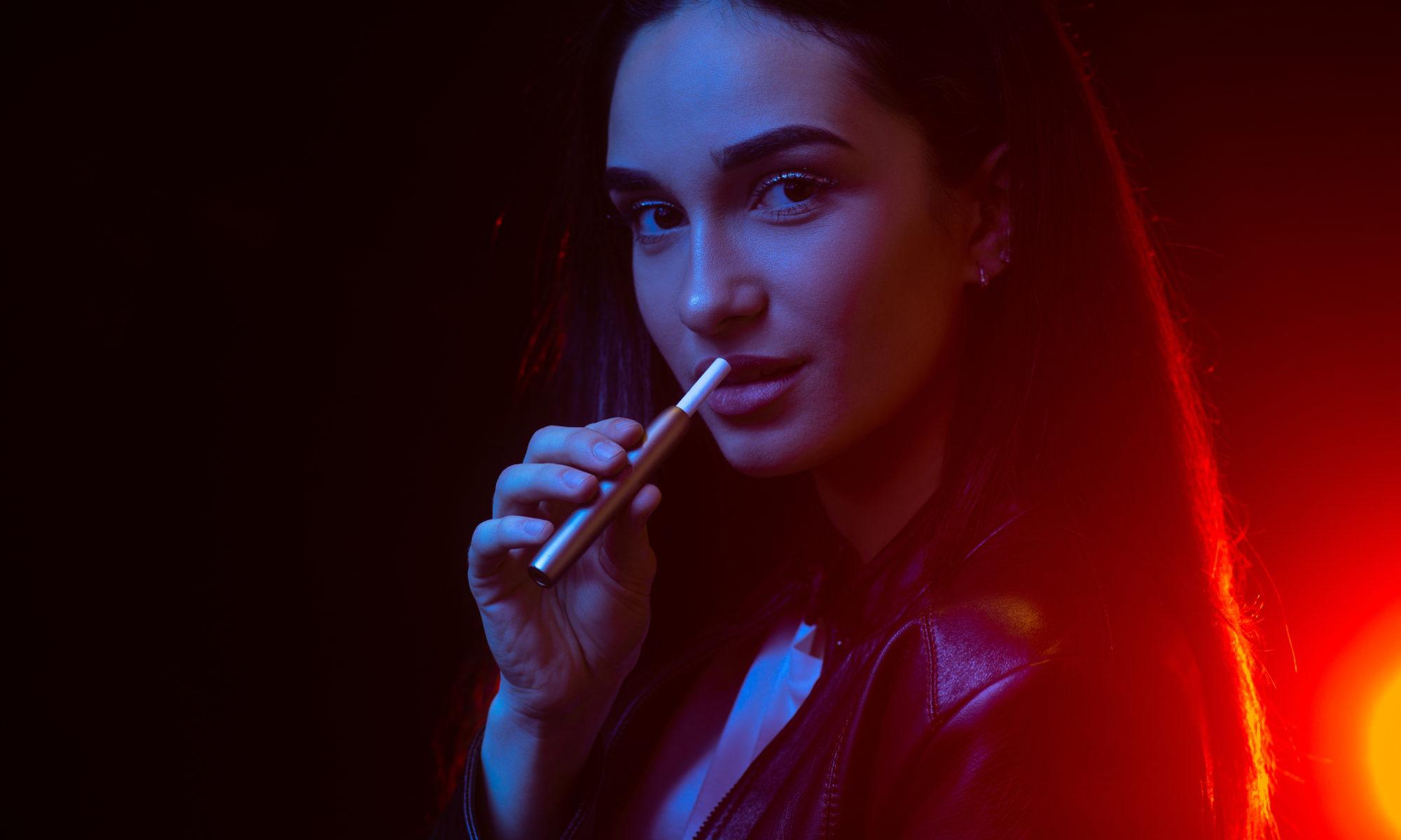 kobieta z papierosem elektronicznym