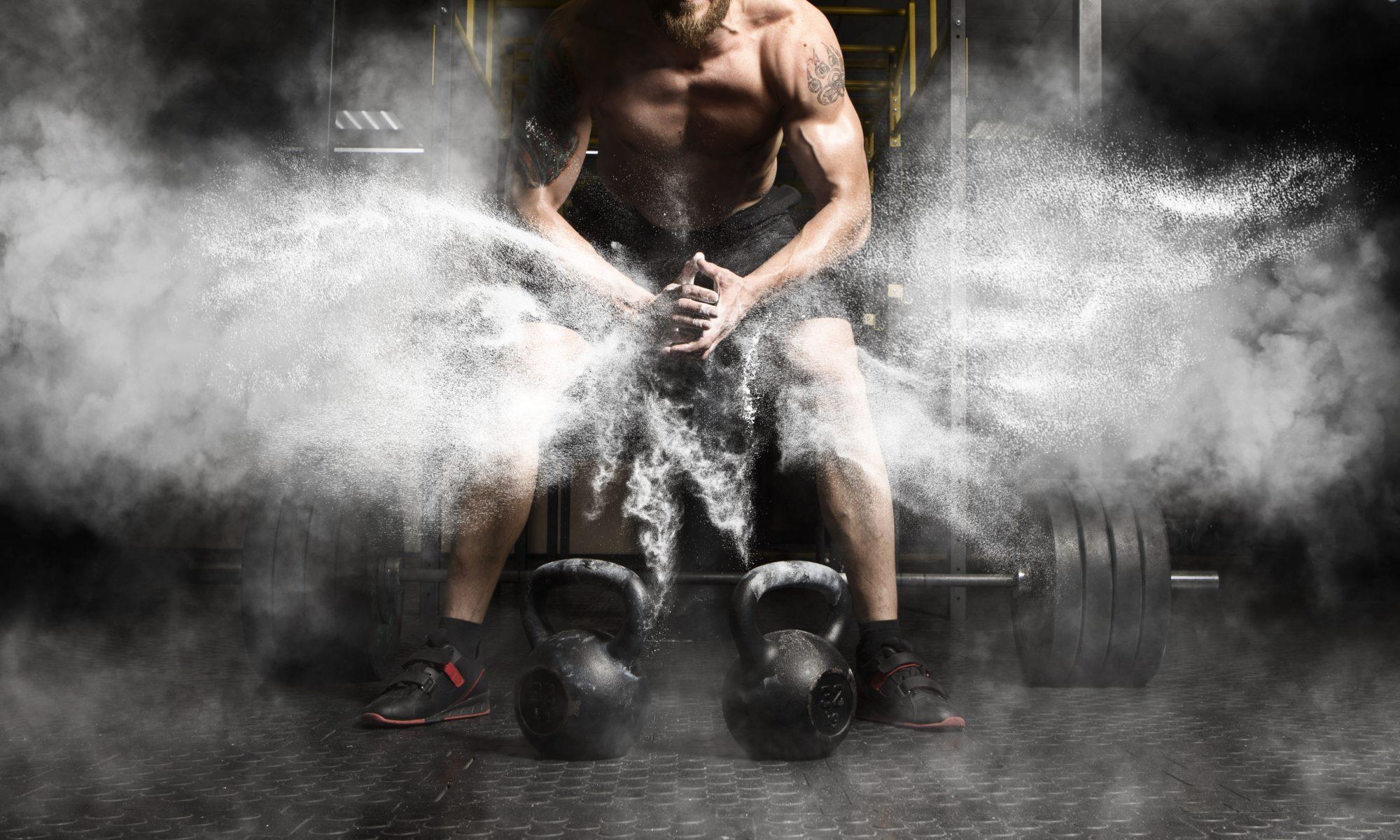 mężczyzna kettlebell siłownia