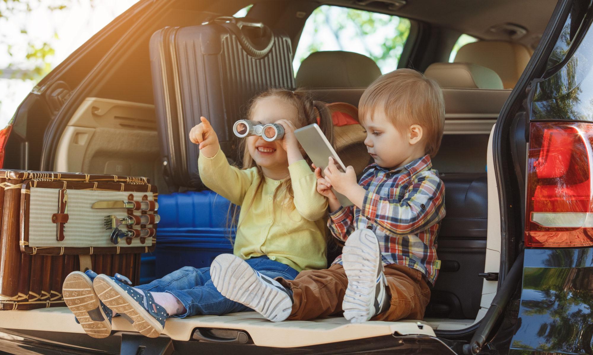 dzieci w bagażniku samochodu