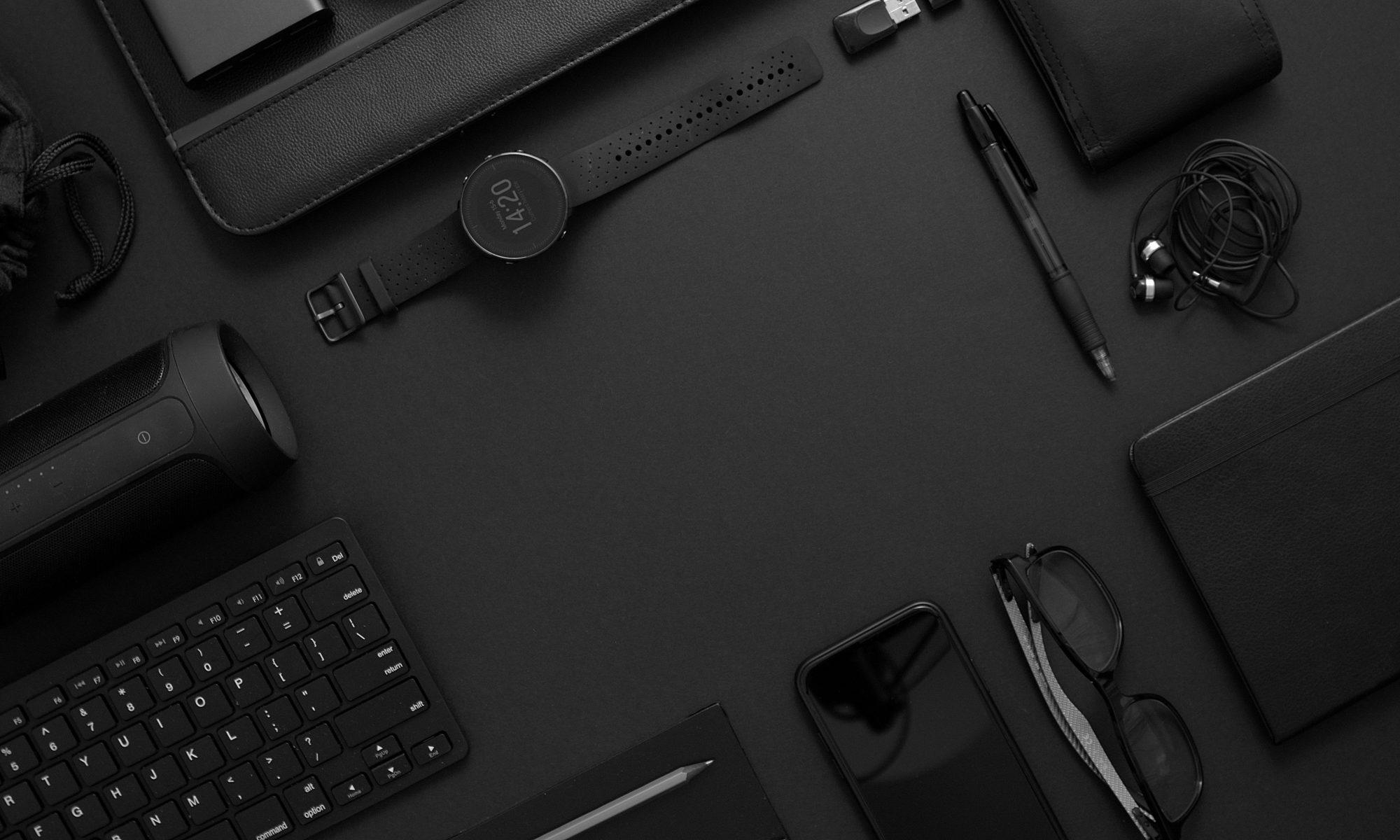 gadżety komputer czarne na czarnym tle