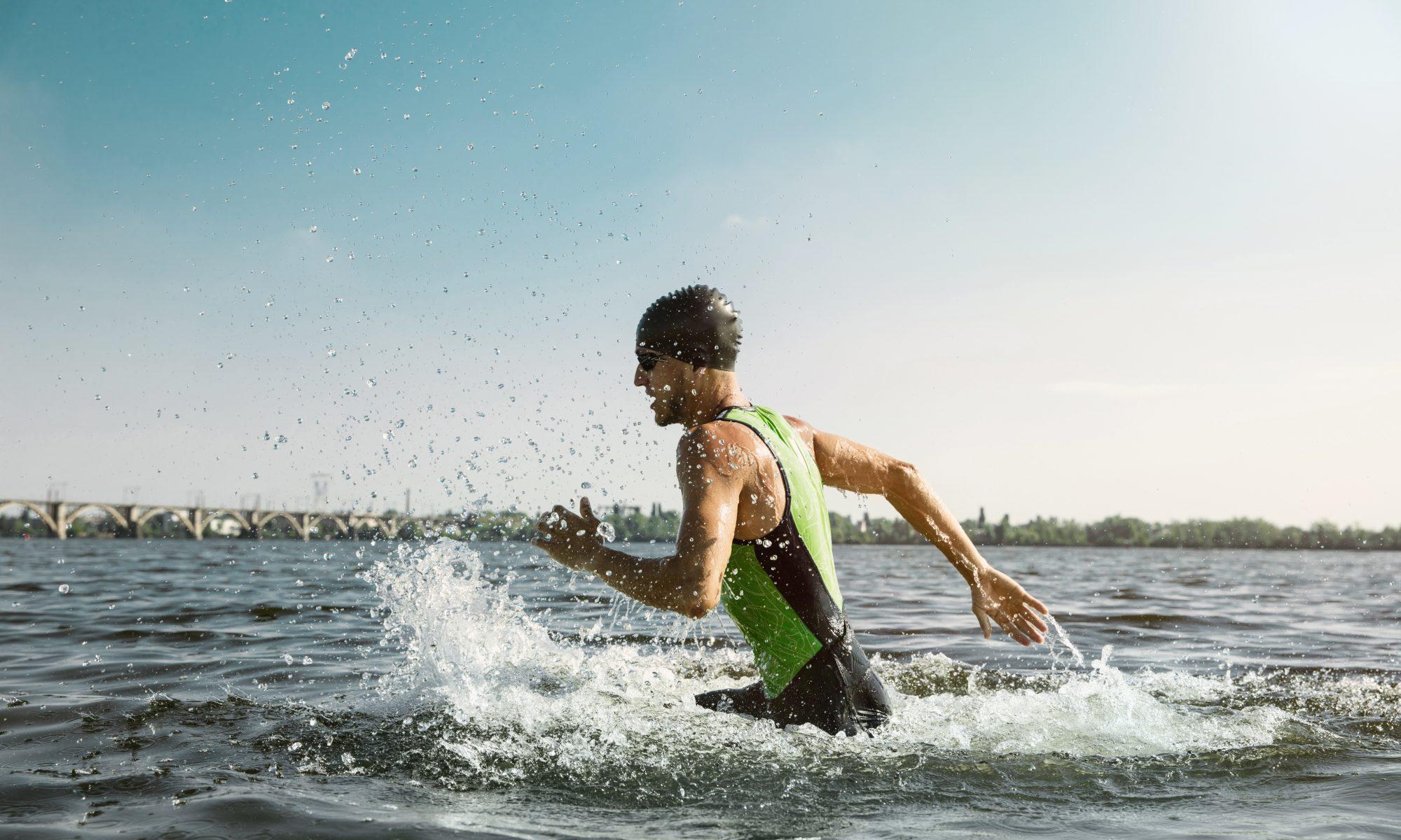triathlonista w wodzie